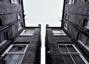 Тело пожилого мужчины обнаружили под окнами многоэтажки в Новороссийске